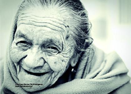 Foto mujer mayor de edad sonriendo. Vejez y trabajo de cuidado en la sociedad en envejecimiento. - Cider | Uniandes