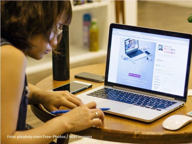 Mujer trabajando en computador Cider | Uniandes